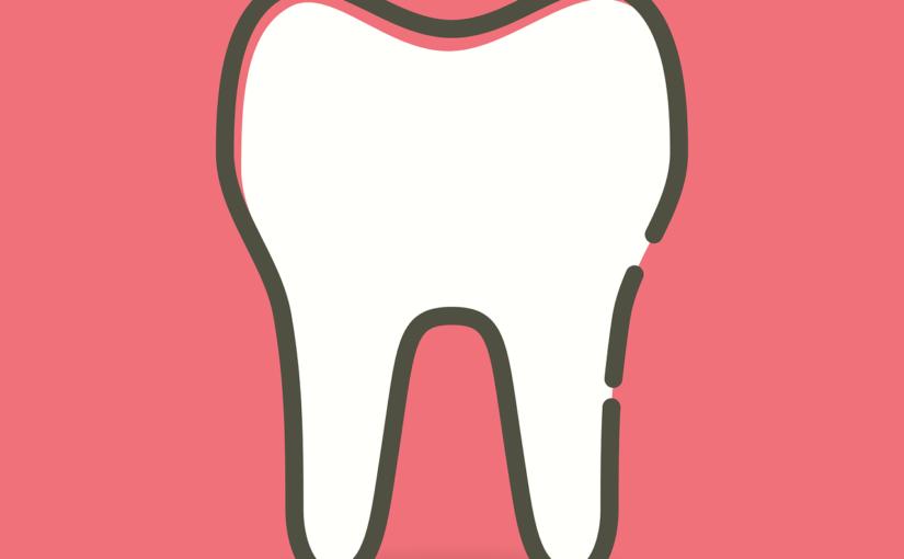 Ładne zdrowe zęby również godny podziwu uroczy uśmieszek to powód do dumy.